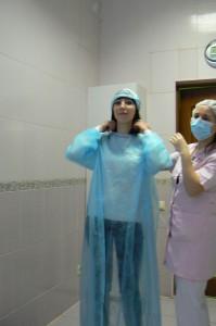Одеваем пациента перед операцией по имплантации зуба