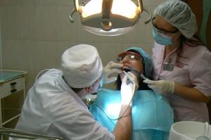 Ультразвуковая чистка зубов в стоматологии Рико - общий план